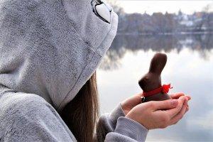 ウサギを手にする少女
