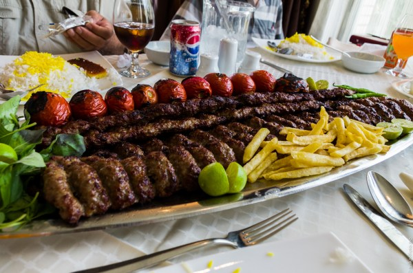 Belønningen for vellykket toppstøtt - den største kebaben i Teheran!