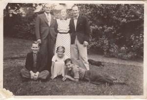 Harry, Edith, Gunnar, Viggo, Henny og Åge i haven i Birkerød