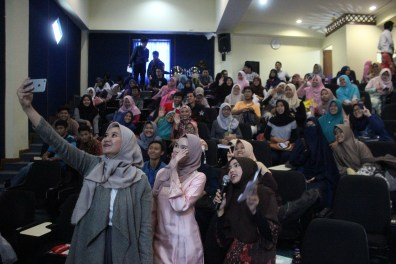 Mrs. Syifa did 'wefie' with participants. -Moeslema.com-
