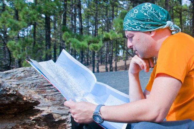Tak wygląda człowiek korzystający z analogowej mapy
