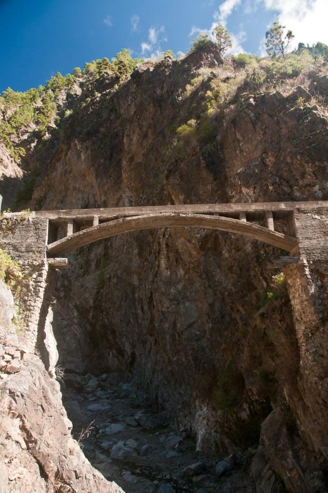Mostek dla wody, czyli kanalik na wodę przeprowadzony nad wąwozem.