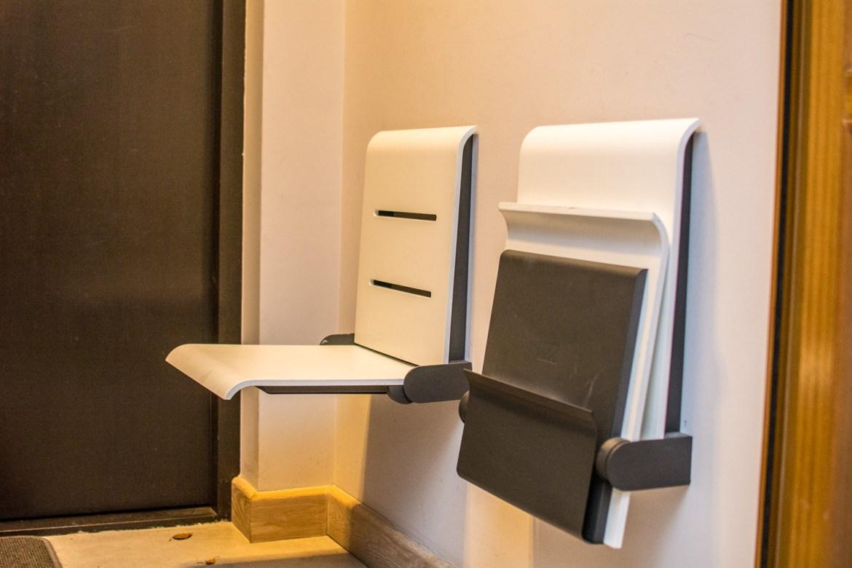 """Te składane krzesełka przypominające takie z pkp lub kina, Marysia wyszukała w internecie. Nazywają się """"straponteny"""" i są szalenie praktyczne."""