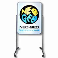 ほんのり明るい光がノスタルジック!「復刻 NEO・GEOレンタル店サインスタンド」が予約開始に!