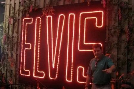 Playing Elvis em Graceland