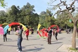 Chineses dançando no parque