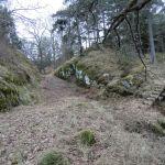 Engang omsluttet av vann - en naturlig ravine dannet en vollgrav.