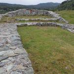 Inngangen med to store stenhus