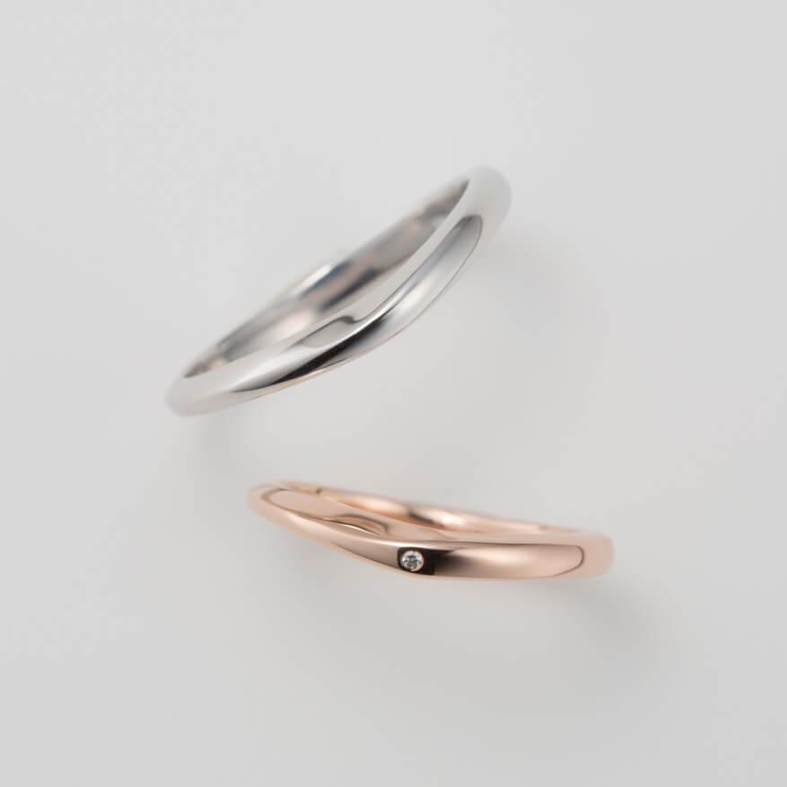 ゆるやかなV字デザインの結婚指輪