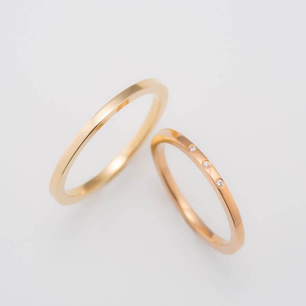 ダイヤモンドをあしらったゴールドの結婚指輪