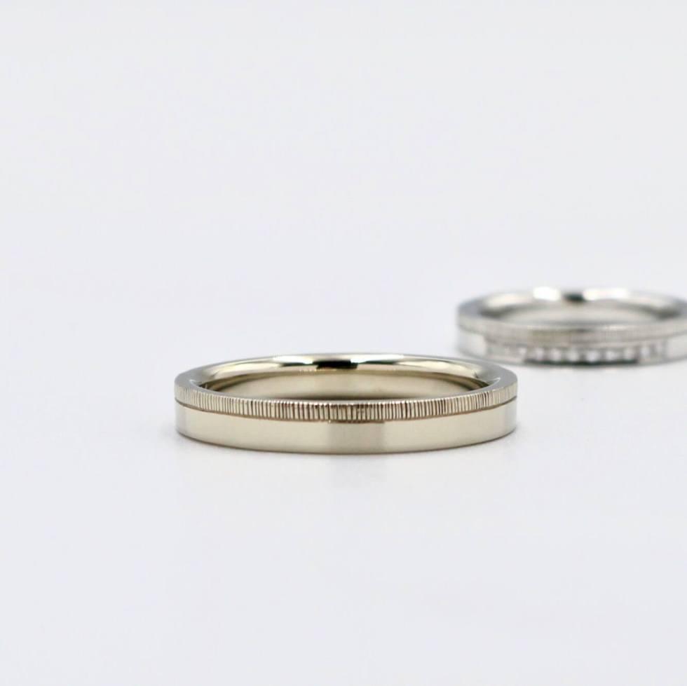 タガネ彫りのホワイトゴールドの結婚指輪