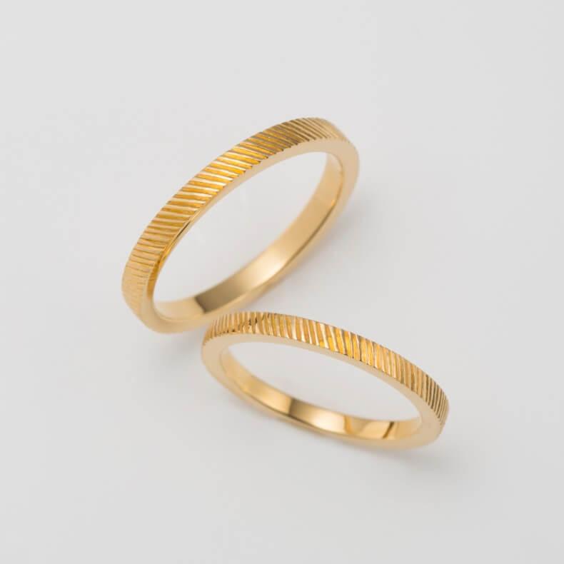 彫り模様のクラシックな結婚指輪