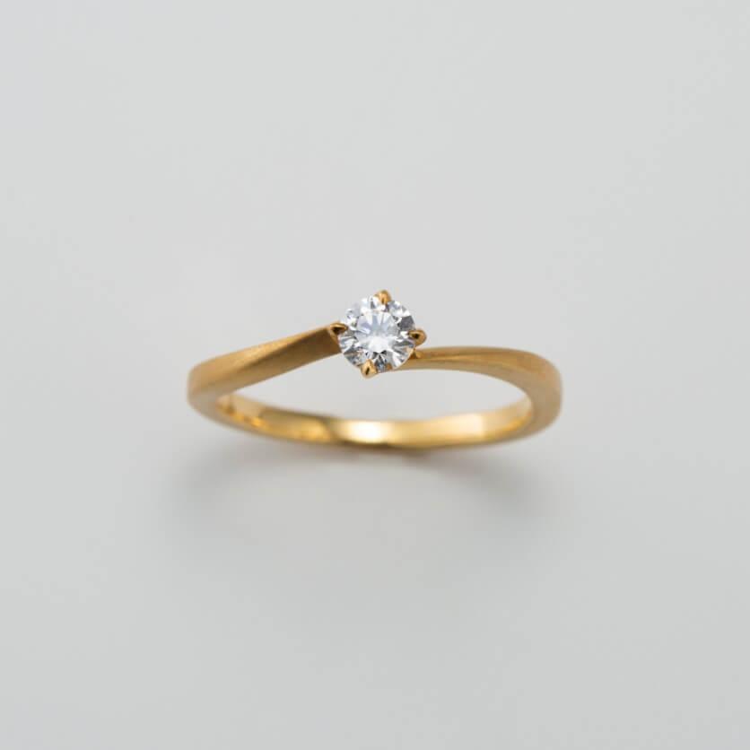 マット(つや消し)加工のクラシックな婚約指輪