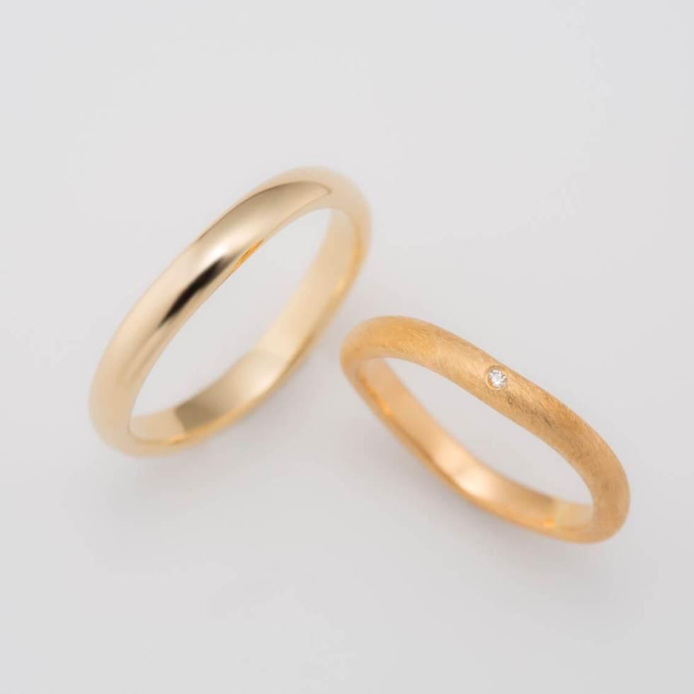 ゆらゆらフォルムのゴールドの結婚指輪