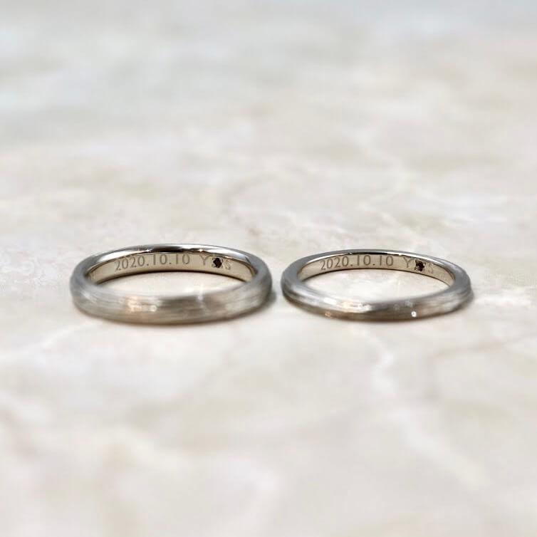 内側(裏側)にガーネットとトルマリンをあしらった結婚指輪