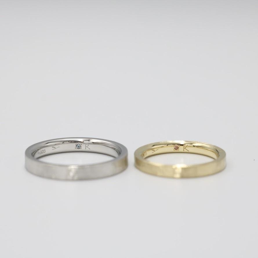 結婚指輪の裏側(内側)に留めたブルートパーズとピンクトルマリンの内石(裏石)