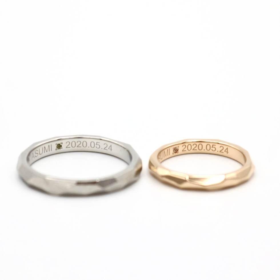 内側(裏側)にペリドットとムーンストーンをあしらった結婚指輪