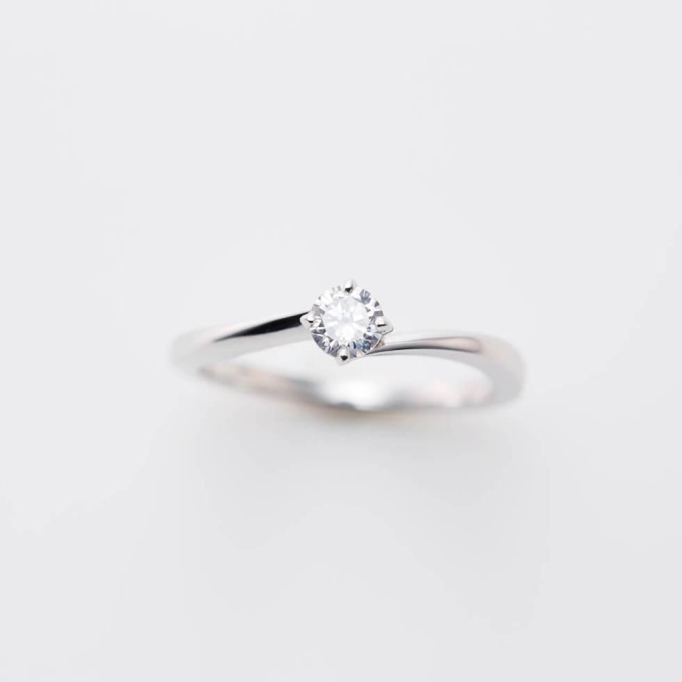 ウェーブデザインのプラチナの婚約指輪