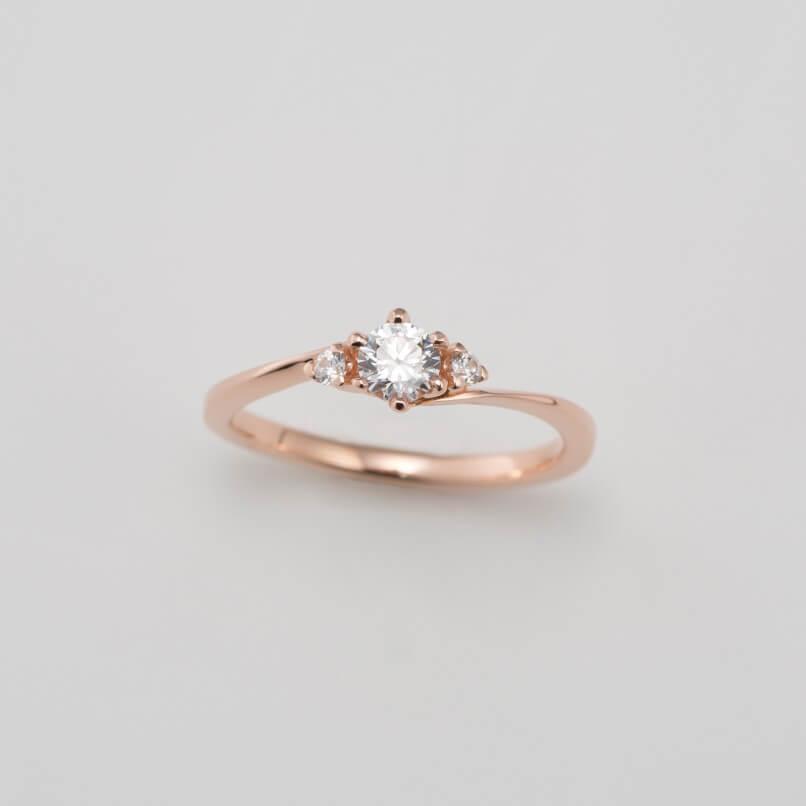 ウェーブデザインのピンクゴールドの婚約指輪