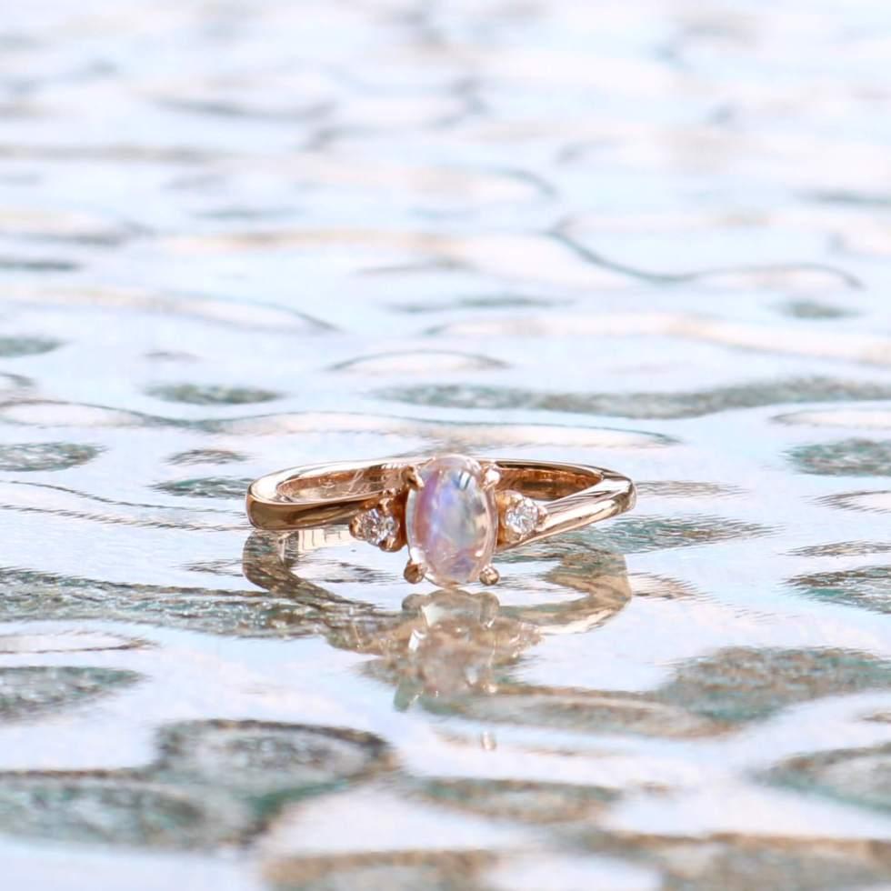 ムーンストーンの婚約指輪