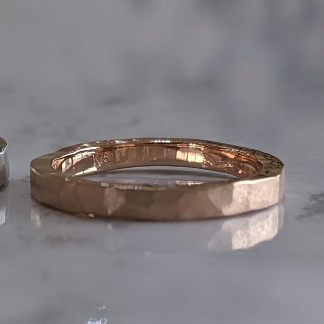 ピンクゴールドの鎚目加工の結婚指輪