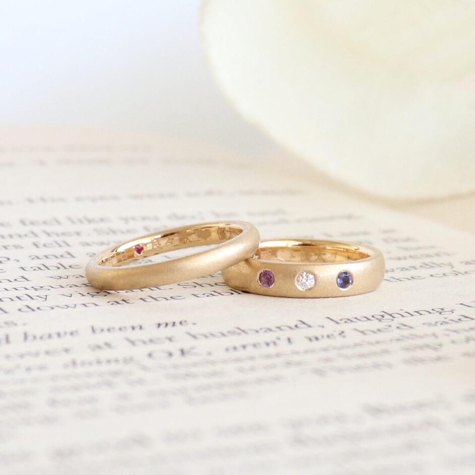 アイオライトとアメシストを取り入れたマットなゴールドの結婚指輪