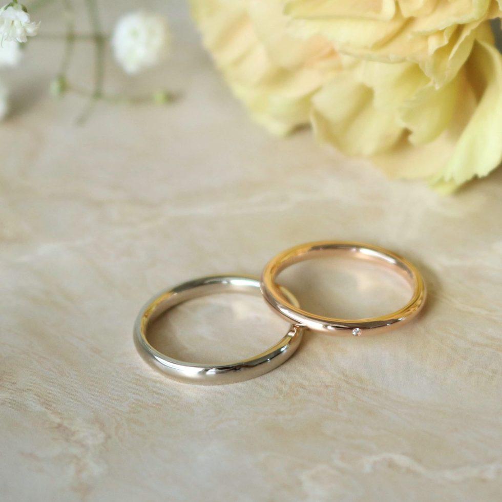 ダイヤモンドを留めた甲丸の結婚指輪