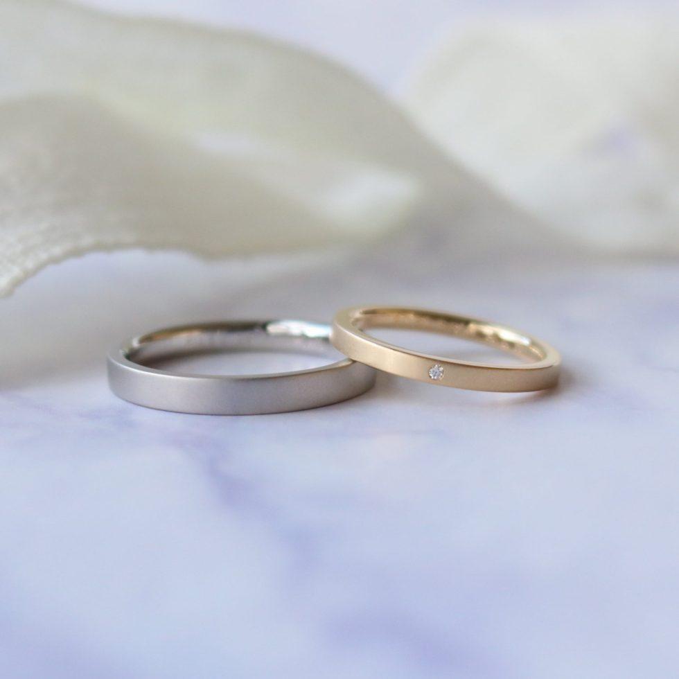 シャープな平打フォルムを落ち着いた印象にした、色違いの結婚指輪