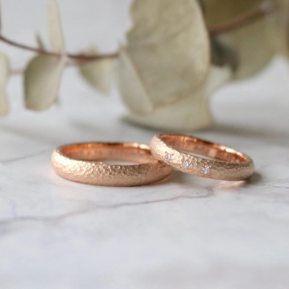 ピンクゴールドの鎚目の指輪