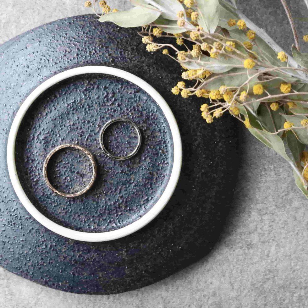鎚目の和風の結婚指輪
