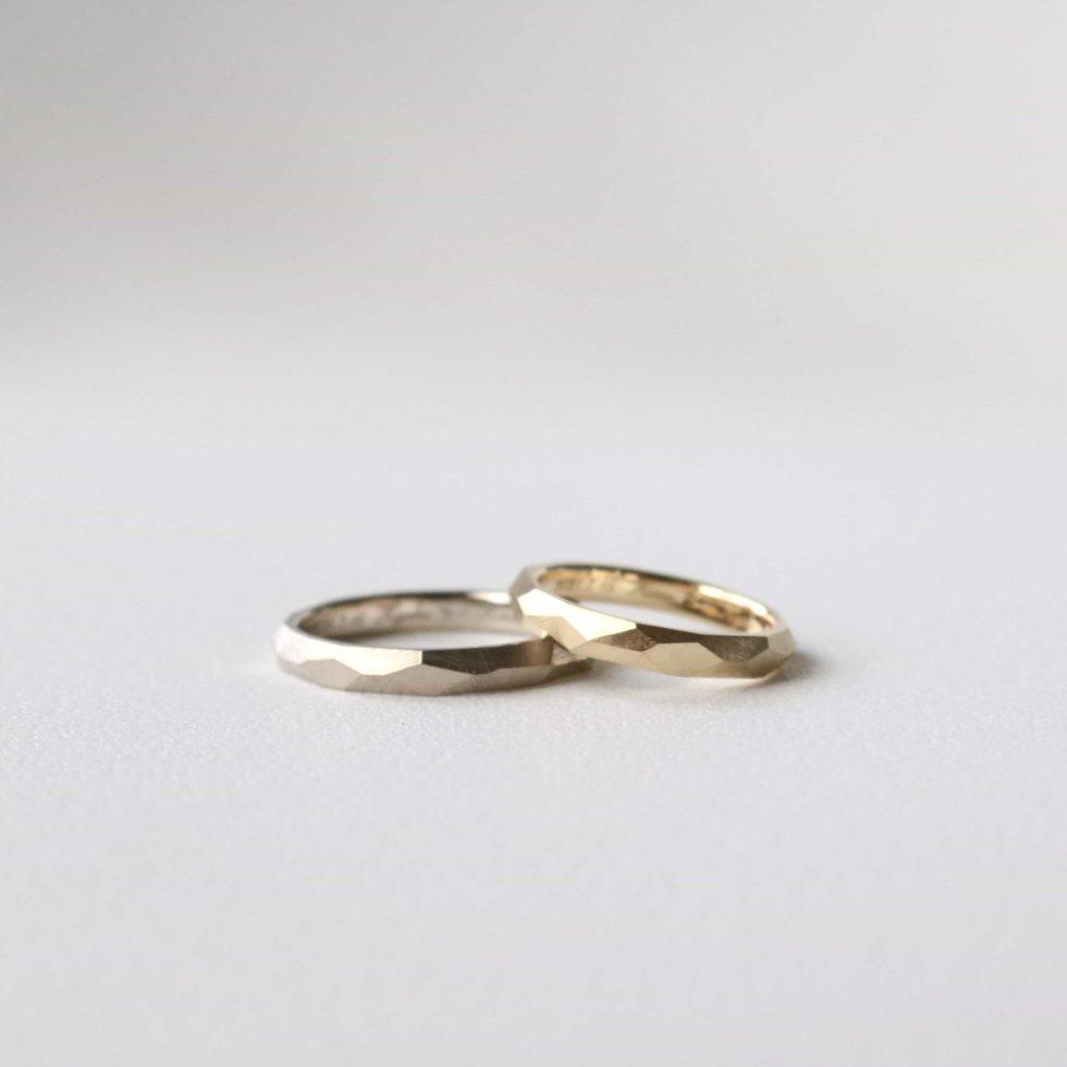 多面デザインの色違いの結婚指輪