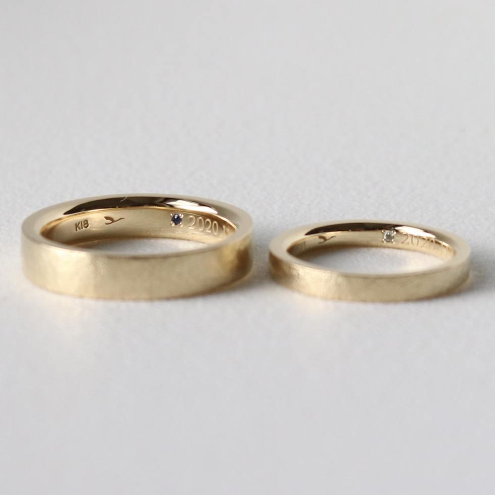 ブルーのシークレットストーンをあしらった結婚指輪