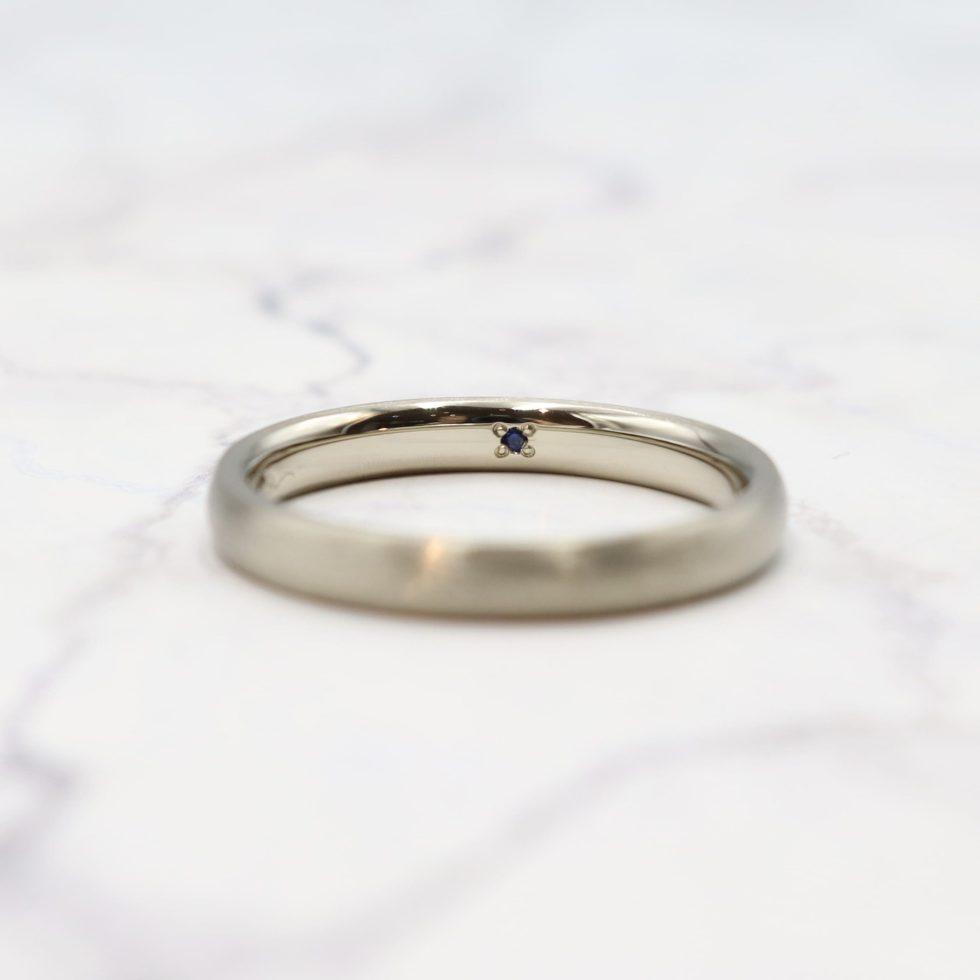 サファイアをあしらった結婚指輪