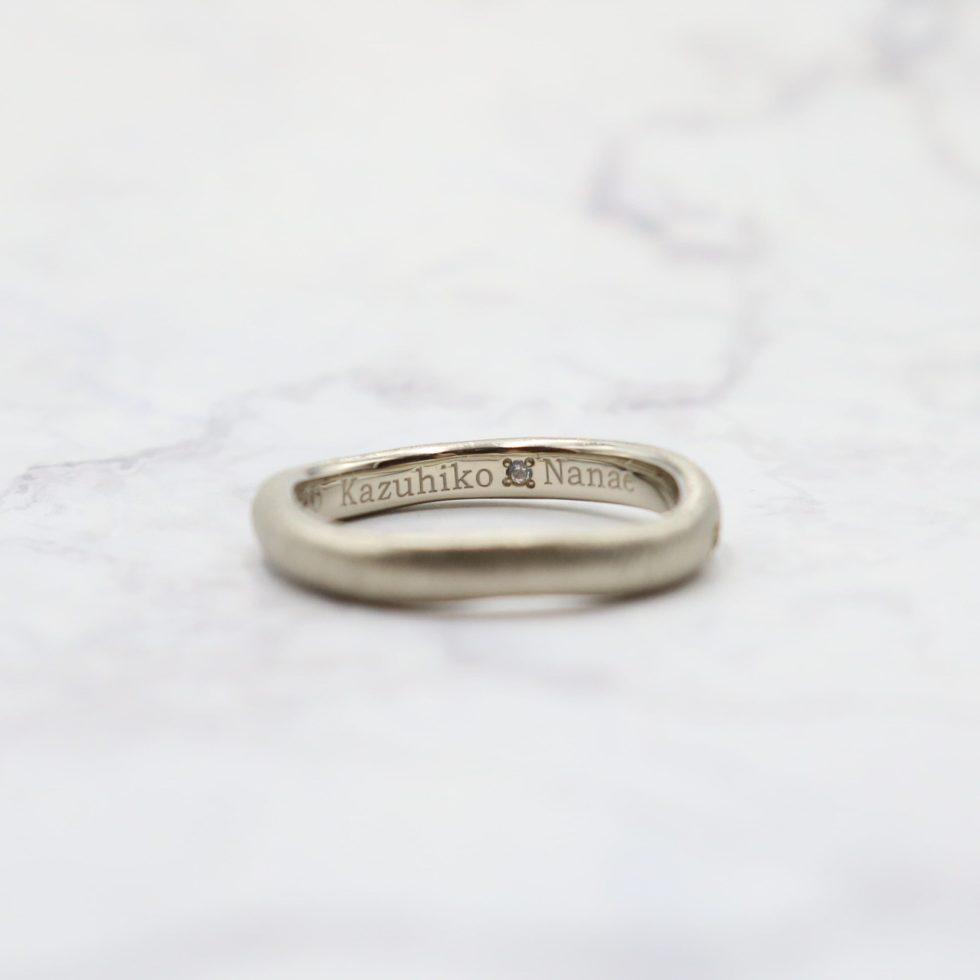 ムーンストーンをあしらった結婚指輪