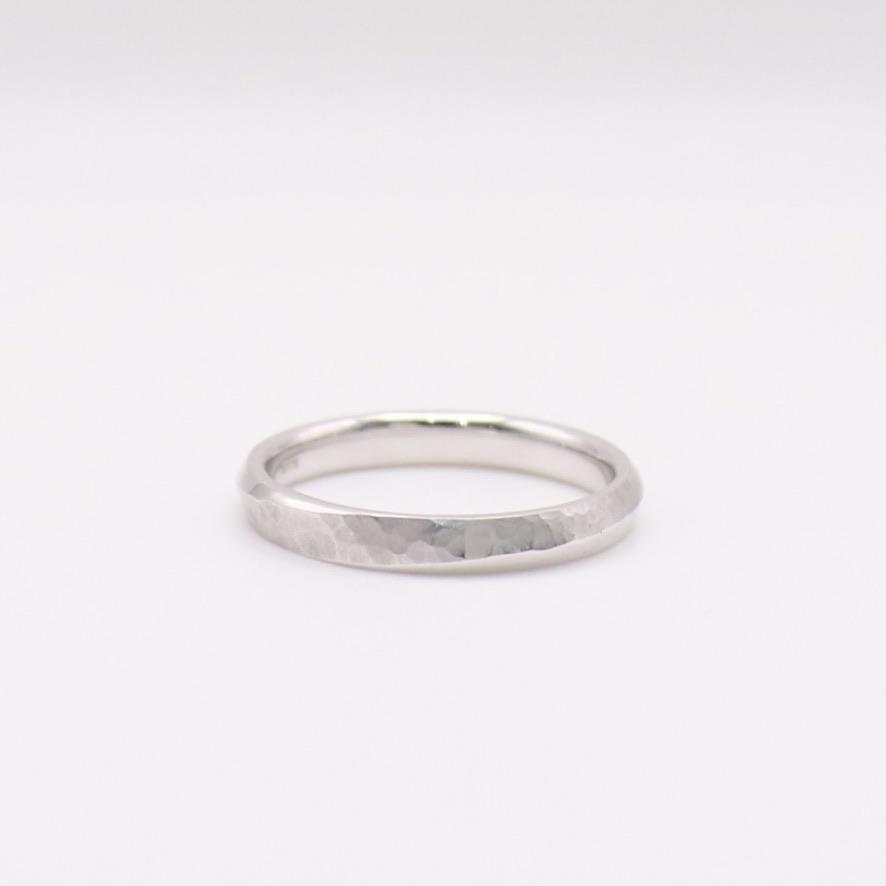 結婚指輪の切り返しに施した槌目