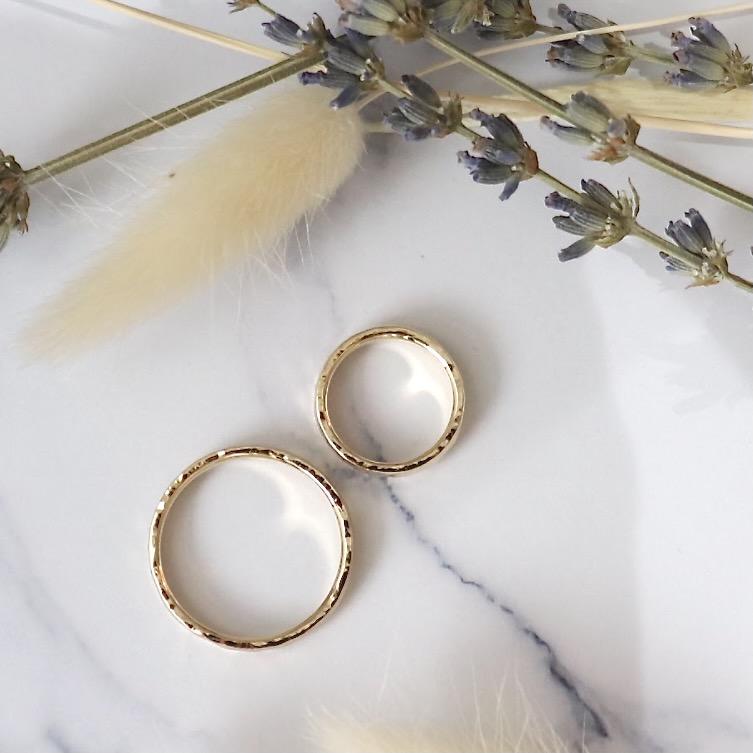 結婚指輪の側面に自然な揺らぎを残した槌目