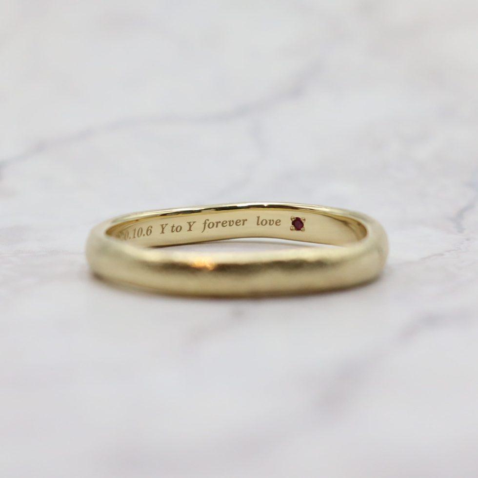 ルビーをあしらった結婚指輪