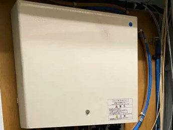 管理会社から現状復旧の為光コンセントと光ファイバーを全撤去するように言われた場合は派遣工事で申込む必要があります。撤去工事の内容はONU(回線終端装置)側からビルの場合はMDF/EPS内にあるPT/PD盤まで光ファイバーを撤去します。