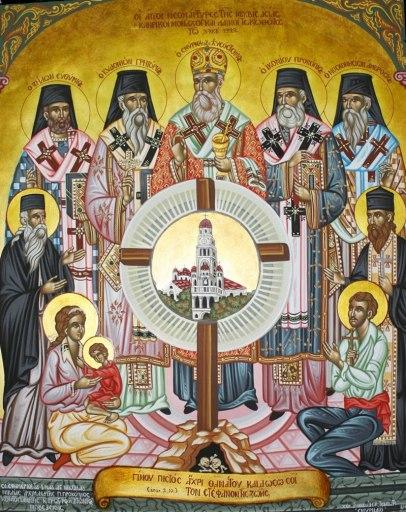 Άγιοι Μικρασιάτες Μάρτυρες: ιεράρχες ιερείς μοναχοί και λαϊκοί , άνδρες γυναίκες και παιδιά (μια μικρασιατική οικογένεια). Ο Σταυρός στην κέντρο για την «Σταυρωμένη Μικρά Ασία». Το Καμπαναριό στο κέντρο του Σταυρού είναι αυτό της Αγια-Φωτεινής Σμύρνης. Εκ δεξιών προς αριστερά οι μάρτυρες ιεράρχες: Ζήλων Ευθύμιος, Κυδωνιών Γρηγόριος, Σμύρνης Χρυσόστομος, Ικονίου Προκόπιος, Μοσχονησίων Αμβρόσιος. Στην συνέχεια αριστερά του Σταυρού είναι ο Μοναχός (εκπρόσωπος των Μοναχών σφαγιασθέντων), δεξιά του Σταυρού ο Κληρικός (εκπρόσωπος των Κληρικών σφαγιασθέντων), και κάτω δεξιά ο Μικρασιάτης κάτοικος, αντιπροσωπεύοντας τον ανδρικό πληθυσμό που βασανίσθηκε και σφαγιάσθηκε και αριστερά η Γυναίκα-Μάνα και το Τέκνο, αντιπροσωπεύοντας το σύνολο του γυναικείου και παιδικού πληθυσμού που εβασανίσθη, εβιάσθη και μαρτύρησε στα τουρκικά βασανιστήρια.