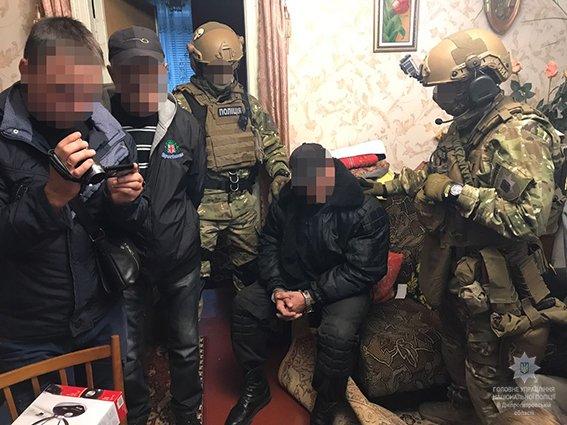 """Поліція затримала """"адепта ДНР"""" та вилучила у нього арсенал зброї"""
