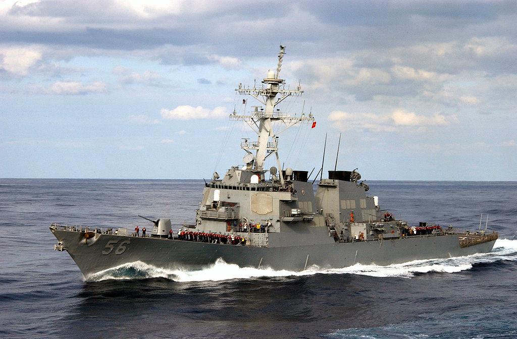 Важке транспортне судно MV Treasure транспортує John S. McCain в Японію