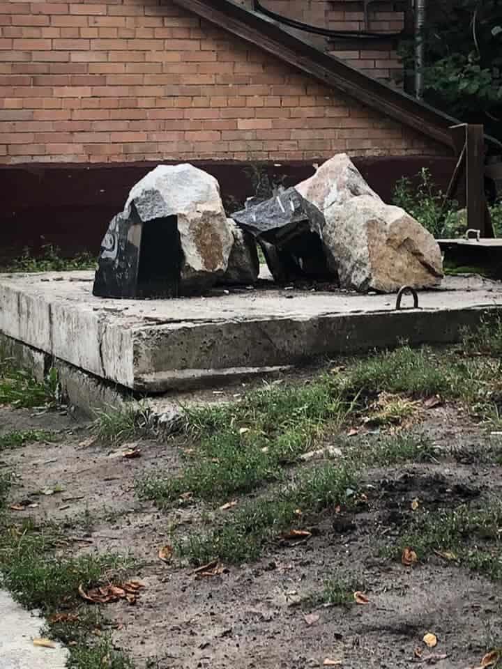 Залишки демонтованого постаменту загиблим співробітникам ЦСО «А»