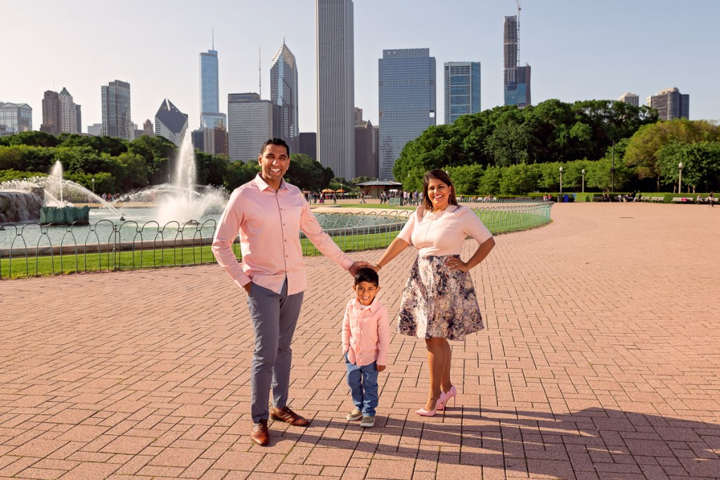 Family session for parents with a boy at the Buckingham Fountain in Chicago in the summer by family photographer Mila Craila Photography