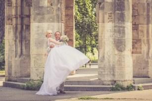 Svadba v Bratislave, vezicka v Sade Janka Krala, zenich zdviha nevestu