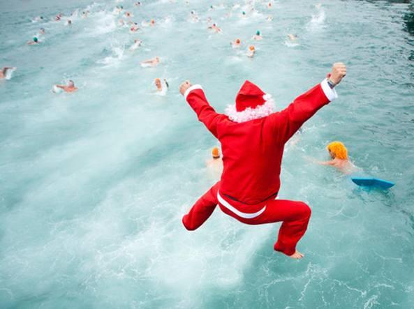 Tutti Babbo Natale a Ferragosto La festa a tema in piscina