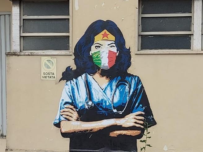 Hai mai pensato ai murales come ad un elemento d'arte e di design per. Codogno Il Murale Di Wonder Woman E L Omaggio Dello Street Artist Ai Medici Eroi Del Coronavirus Corriere It