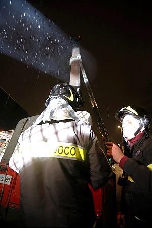 Milano, la polizia indaga sul medico che ha curato l'immigrato della torre