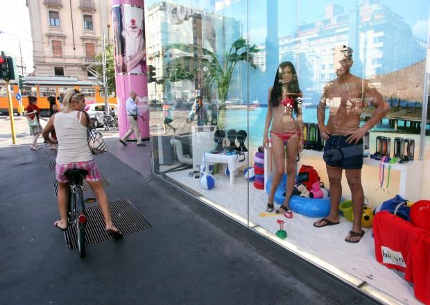 Foto Tornano i modelli in costume nelle vetrine estive della Coin  Milano  Repubblicait