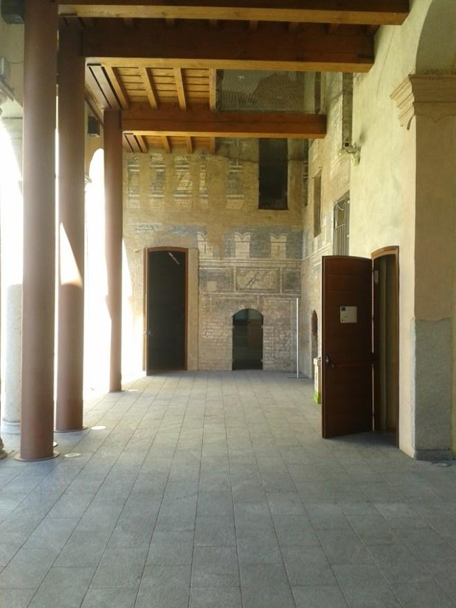 Il corpo di sinistra, all'ingresso sotto il portico, pare che fosse il nucleo più antico della costruzione, come dimostrano alcuni elementi architettonici (foto Robert Ribaudo)