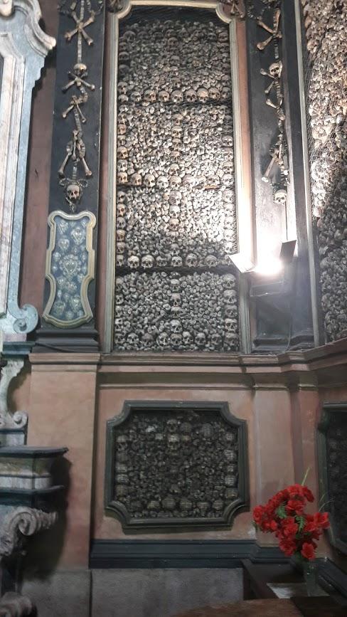 Il macabro apparato decorativo all'interno della cappella-ossario (foto di Robert Ribaudo)